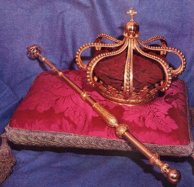 Cora e cetro, símbolos da Monarquia.