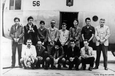 """Setembro de 1969: Os 13 presos pol�ticos trocados pelo embaixador americano no Brasil, Charles Elbrick, sequestrado por militantes do Movimento Revolucion�rio 8 de Outubro (MR-8) e da A��o Libertadora Nacional (ALN). Os fatos s�o narrados no livro """"O que � isso, companheiro"""", de Fernando Gabeira, um dos envolvidos na trama, que acabou virando filme, em 1997, sob a dire��o de Bruno Barreto. <br/> <br/> Palavras-chave: Ditadura Militar, resist�ncia, MR-8, ALN, democracia."""