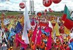 6 DE DEZEMBRO DE 2006 <br/> <br/> Uni�o das centrais demonstra for�a na 3� Marcha do Sal�rio M�nimo. A demonstra��o de for�a das centrais sindicais na 3� Marcha Nacional do Sal�rio M�nimo foi destacada por todas as lideran�as e participantes da manifesta��o. Eles atribuem ao sal�rio m�nimo importante mecanismo de distribui��o de renda, o m�rito de unir as centrais e reunir na manifesta��o cerca de 20 mil pessoas, segundo os organizadores. <br/> <br/> Milhares de trabalhadores e sindicalistas realizaram a 3� Marcha do Sal�rio m�nimo, quando foi defendida por unanimidade entre as Centrais Sindicais e as Confedera��es Nacionais de Trabalhadores um reajuste do m�nimo para R$ 420,00, a partir de 2007. A CNTI e a NCST marcaram grande presen�a na Marcha, cujos representantes foram recebidos por ministros de Estado e representantes do Congresso Nacional. <br/> <br/> Palavras-chave: Direito, cidadania, movimentos socias, sindicatos, sindicalismo, sal�rio m�nimo, marcha pelo sal�rio m�nimo.