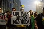 """Imagem de uma das manifestações ocorridas na Avenida Paulista, em São Paulo, ocorrida no dia 20 de junho de 2013.  O manifestante utiliza a máscara que faz referência a uma personagem do quadrinho dos anos 60 chamado """"V de Vingança""""."""