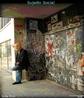 Quem somos em uma sociedade consumista? Na fotografia, algu�m com m�scara de papel em meio a uma paisagem urbana. <br/> <br/> Palavras-chave: aliena��o, sociedade, cultura, m�dia, identidade cultural, consumismo.