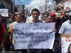Protesto popular contra o Golpe de Estado em Honduras. N foto, manifestante com cartaz com os seguintes dizeres: <br/> <br/> &quot;CNN, n�s somos o povo pobre, n�o temos acessoa � internet nem t�o pouco falamos ing�s.&quot; <br/> <br/> Em 28 de junho de 2009, em Honduras, um pequeno pa�s da Am�rica Central, aconteceu um retrocesso hist�rico, a volta ao regime de excess�o proporcionado por uma ditadura militar, fato t�pico no contexto da Guerra Fria dos anos 60 at� aos anos 80, na Am�rica Latina. <br/> <br/> Fato este que produziu uma dr�stica altera��o pol�tica de car�ter anti-democr�tico e violento neste pa�s, na destitui��o de Manuel Zelaya do cargo de presidente eleito democraticamente pelo povo hondurenho. <br/> <br/> Em franca oposi��o ao novo governo imposto, os movimentos de protesto nas ruas est�o sendo reprimidos duramente pelo ex�rcito, afirmando o contr�rio do que a grande m�dia e a elite econ�mica deste pa�s, defensores e articuladores do Golpe de Estado apresentam. <br/> <br/> O povo, os movimentos sociais, os sindicatos, e muitas igrejas contr�rias ao golpe de Estado afirmaram que em uma democracia Golpes de Estado n�o s�o ferramenta para a resolu��o de conflitos, e que a viol�ncia contra o povo atesta o car�ter ileg�timo do novo governo imposto. <br/> <br/> Palavras-chave: poder, pol�tica, ideologia, movimentos sociais, golpe de estado, ditadura, direitos pol�ticos, democracia, Honduras, imperialismo.