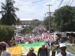 Protesto popular contra o Golpe de Estado em Honduras <br/> <br/> Em 28 de junho de 2009, em Honduras, um pequeno pa�s da Am�rica Central, aconteceu um retrocesso hist�rico, a volta ao regime de excess�o proporcionado por uma ditadura militar, fato t�pico no contexto da Guerra Fria dos anos 60 at� aos anos 80, na Am�rica Latina. <br/> <br/> Fato este que produziu uma dr�stica altera��o pol�tica de car�ter anti-democr�tico e violento neste pa�s, na destitui��o de Manuel Zelaya do cargo de presidente eleito democraticamente pelo povo hondurenho. <br/> <br/> Em franca oposi��o ao novo governo imposto, os movimentos de protesto nas ruas est�o sendo reprimidos duramente pelo ex�rcito, afirmando o contr�rio do que a grande m�dia e a elite econ�mica deste pa�s, defensores e articuladores do Golpe de Estado apresentam. <br/> <br/> O povo, os movimentos sociais, os sindicatos, e muitas igrejas contr�rias ao golpe de Estado afirmaram que em uma democracia Golpes de Estado n�o s�o ferramenta para a resolu��o de conflitos, e que a viol�ncia contra o povo atesta o car�ter ileg�timo do novo governo imposto. <br/> <br/> Palavras-chave: poder, pol�tica, ideologia, movimentos sociais, golpe de estado, ditadura, direitos pol�ticos, democracia, Honduras, imperialismo.