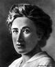 Polonesa, nascida em 5 de mar�o de 1871, envolveu-se desde muito jovem em atividades estudantis, lutando contra o sistema repressivo ent�o vigente nos col�gios da Pol�nia. Militante ativa do movimento socialista, teve que deixar seu pa�s em 1889 para n�o ser presa. Rosa Luxemburgo assassinada por paramilitares - sabidamente a servi�o do governo social-democrata alem�o.  <br/> <br/> Palavras-chave: Rosa Luxemburgo, socialismo, militante, pensadora.