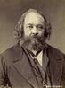 Te�rico pol�tico russo, Bakunin dedicou-se a difundir o pensamento anarquista por toda a Europa. Em 1869, fundou a organiza��o semiclandestina Alian�a Democr�tica e Social e, na qualidade de dirigente do grupo, op�s-se a Karl Marx na I Internacional, oposi��o que provocou sua expuls�o.  <br/> <br/> Palavras-chave: Bakunin, anarquismo, Internacional, pol�tica.
