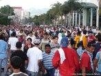 Momentos antes dos militares inciarem a repress�o ao protesto popular contra o Golpe de Estado em Honduras <br/> <br/> Em 28 de junho de 2009, em Honduras, um pequeno pa�s da Am�rica Central, aconteceu um retrocesso hist�rico, a volta ao regime de excess�o proporcionado por uma ditadura militar, fato t�pico no contexto da Guerra Fria dos anos 60 at� aos anos 80, na Am�rica Latina. <br/> <br/> Fato este que produziu uma dr�stica altera��o pol�tica de car�ter anti-democr�tico e violento neste pa�s, na destitui��o de Manuel Zelaya do cargo de presidente eleito democraticamente pelo povo hondurenho. <br/> <br/> Em franca oposi��o ao novo governo imposto, os movimentos de protesto nas ruas est�o sendo reprimidos duramente pelo ex�rcito, afirmando o contr�rio do que a grande m�dia e a elite econ�mica deste pa�s, defensores e articuladores do Golpe de Estado apresentam. <br/> <br/> O povo, os movimentos sociais, os sindicatos, e muitas igrejas contr�rias ao golpe de Estado afirmaram que em uma democracia Golpes de Estado n�o s�o ferramenta para a resolu��o de conflitos, e que a viol�ncia contra o povo atesta o car�ter ileg�timo do novo governo imposto. <br/> <br/> Palavras-chave: poder, pol�tica, ideologia, movimentos sociais, golpe de estado, ditadura, direitos pol�ticos, democracia, Honduras, imperialismo.