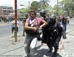 MIlitares em repress�o ao protesto popular contra o Golpe de Estado em Honduras. Na foto repress�o aos movimentos populares contr�rios ao golpe militar em Honduras. <br/> <br/> Em 28 de junho de 2009, em Honduras, um pequeno pa�s da Am�rica Central, aconteceu um retrocesso hist�rico, a volta ao regime de excess�o proporcionado por uma ditadura militar, fato t�pico no contexto da Guerra Fria dos anos 60 at� aos anos 80, na Am�rica Latina. <br/> <br/> Fato este que produziu uma dr�stica altera��o pol�tica de car�ter anti-democr�tico e violento neste pa�s, na destitui��o de Manuel Zelaya do cargo de presidente eleito democraticamente pelo povo hondurenho. <br/> <br/> Em franca oposi��o ao novo governo imposto, os movimentos de protesto nas ruas est�o sendo reprimidos duramente pelo ex�rcito, afirmando o contr�rio do que a grande m�dia e a elite econ�mica deste pa�s, defensores e articuladores do Golpe de Estado apresentam. <br/> <br/> O povo, os movimentos sociais, os sindicatos, e muitas igrejas contr�rias ao golpe de Estado afirmaram que em uma democracia Golpes de Estado n�o s�o ferramenta para a resolu��o de conflitos, e que a viol�ncia contra o povo atesta o car�ter ileg�timo do novo governo imposto. <br/> <br/> Palavras-chave: poder, pol�tica, ideologia, movimentos sociais, golpe de estado, ditadura, direitos pol�ticos, democracia, Honduras, imperialismo.