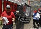 Protesto popular contra o Golpe de Estado em Honduras. Na foto repress�o aos movimentos populares contr�rios ao golpe militar em Honduras. <br/> <br/> Em 28 de junho de 2009, em Honduras, um pequeno pa�s da Am�rica Central, aconteceu um retrocesso hist�rico, a volta ao regime de excess�o proporcionado por uma ditadura militar, fato t�pico no contexto da Guerra Fria dos anos 60 at� aos anos 80, na Am�rica Latina. <br/> <br/> Fato este que produziu uma dr�stica altera��o pol�tica de car�ter anti-democr�tico e violento neste pa�s, na destitui��o de Manuel Zelaya do cargo de presidente eleito democraticamente pelo povo hondurenho. <br/> <br/> Em franca oposi��o ao novo governo imposto, os movimentos de protesto nas ruas est�o sendo reprimidos duramente pelo ex�rcito, afirmando o contr�rio do que a grande m�dia e a elite econ�mica deste pa�s, defensores e articuladores do Golpe de Estado apresentam. <br/> <br/> O povo, os movimentos sociais, os sindicatos, e muitas igrejas contr�rias ao golpe de Estado afirmaram que em uma democracia Golpes de Estado n�o s�o ferramenta para a resolu��o de conflitos, e que a viol�ncia contra o povo atesta o car�ter ileg�timo do novo governo imposto. <br/> <br/> Palavras-chave: poder, pol�tica, ideologia, movimentos sociais, golpe de estado, ditadura, direitos pol�ticos, democracia, Honduras, imperialismo.