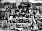 28 de julho de 1938: Lampi�o, sua companheira Maria Bonita e seu bando s�o mortos por um grupamento da Pol�cia Militar alagoana, no munic�pio de Po�o Redondo, Sergipe. Em seguida, suas cabe�as foram expostas nas escadarias da igreja matriz de Santana do Ipanema. <br/> <br/> Palavras-chave: Canga�o, rela��es de poder.