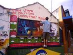 limpem a cidade dos pol�ticos corruptos, o grafite a servi�o de uma consci�ncia pol�tica. <br/> <br/> Palavras-chave:cultura, poder, pol�tica, ideologia, direito, cidadania.