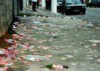 A polui��o visual est� associada �s picha��es nos muros de im�veis, an�ncios publicit�rios veiculados por meio de placas, cartazes, outdoors luminosos, propaganda eleitoral, lixo espalhado pela cidade, dentre outros. Esse tipo de polui��o consiste na agress�o ambiental causada por an�ncios, publicidades ou propagandas que infrinjam ou ameacem a est�tica urbana ou rural ou ocasionando perdas de qualidade de vida da coletividade.<br /> <br /> Palavra-chave: Polui��o visual, campanha eleitoral, qualidade de vida, meio ambiente.