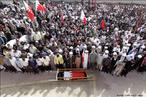 Milhares de pessoas participam de funeral de Mahmoud Maki Abu Taki, morto em confrontos com a polícia do Bahrein. <br/> <br/> Palavras-chave: manifestação popular, conflitos sociais, ritual.