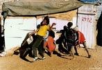 Garotos brincando na periferia de cidade na Namíbia. A pobreza das casas simples contrasta com a alegria da infância das crianças fotografadas. <br/> <br/> Palavras-chave: trabalho, globalização, direito, cidadania, movimentos sociais, periferia, Namíbia, crianças, infância, exclusão, classes sociais.
