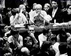 Marcuse, filósofo americano, nascido na Alemanha, cujas ideias sobre emancipação sexual e a crise da sociedade tecnológica tiveram grande influência na rebelião estudantil de 1968. Nesta imagem, feita em San Diego, Califórnia, vemos o filósofo em meio a estudantes. <br/> <br/> Palavras-chave: Herbert Marcuse, sociedade tecnológica, pensador, movimentos populares.