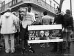"""foto de 11 Janeiro de 2007 - Poydras Street, New Orleans, LA., nos Estados Unidos da América. """"Silêncio é violência. Protesto contra o aumento da violência e do crime. <br/> <br/> Na imagem um pai segura um cartaz com os dizeres:""""Nenhuma criança será a próxima. Parem de matar"""" <br/> <br/> Palavras-chave: direito, cidadania, movimentos sociais, violência, crianças, EUA, Estados Unidos."""