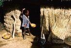 Uma criança em frente a porta de uma casa muito simples na África. <br/> <br/> Palavras-chave: África, subdesenvolvimento, imperialismo, direito, cidadania, classes sociais.