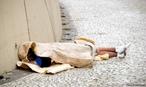 Segundo pesquisa realizada em parceria entre a Unesco (Organização das Nações Unidas para a Educação, a Ciência e a Cultura) em outubro do ano de 2007. <br/> <br/> De acordo com a pesquisa, 82% dos entrevistados são do sexo masculino, 53% têm entre 25 e 44 anos e 39,1% se declaram como pardos; outros 29,5 se declararam brancos. <br/> <br/> De acordo com a pesquisa, 35,5% os entrevistados citaram problemas com alcoolismo ou drogas como motivo para ir para a rua. Outros atribuíram a situação de moradia de rua ao desemprego (29,8%) e desavenças familiares (29,1%). <br/> <br/> O levantamento foi feito com pessoas com mais de 18 anos que vivem nas rua de 71 cidades brasileiras com mais de 300 mil habitantes. <br/> <br/> Palavras-chave: trabalho, produção, classes sociais, política, direito, cidadania, indigência, populações de rua, excluídos.