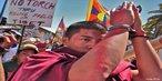 """Protestos contra a China no Tibet - 06 de abril de 2008, quando acontece o início do percurso da tocha olímpica pelo mundo. Este vento esportivo, desde a saída da tocha olímpica, até a abertura oficial dos jogos, foi utilizado para afirmar posições políticas, tanto a favor quanto contra as políticas chinesas. """"Pequim controla o Tibete desde a década de 50 e argumenta que dá liberdade à região, que é considerada autónoma. O governo da China opõe-se fortemente às tentativas do líder budista exilado, Dalai Lama, de promover a independência da província.""""  <br/> <br/> Palavras-chave: poder, política, ideologia, protestos, movimentos sociais, China."""