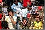 """O Grito dos Excluídos - Outros temas polêmicos da política brasileira também são questionados, como a manutenção do Ex-presidente José Sarney, no Senado, mesmo após várias denúncias de irregularides. Nafoto detalhe de manifestantes expressando o """"Fora Sarney"""". <br/> <br/> Atividade organizada há 15 anos por várias pastorais sociais, organizações e movimentos sociais, em 2009 aconteceu em 25 estados e no Distrito Federal. Neste ano, a manifestação tem como lema """"Vida em primeiro lugar: a força da transformação está na organização popular"""". Em Campinas (Foto: João Zinclar – 07/09/09) 7 de setembro fotos do Grito dos Excluídos e ocupação no D. Pedro. Cerca de 20 mil pessoas assistem masrcha na av. Glicério, em Campinas. MTST. <br/> <br/> Palavras-chave: Grito dos Excluídos, direito, cidadania, movimentos sociais, classes sociais."""