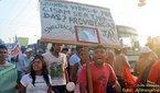 """Atividade organizada há 15 anos por várias pastorais sociais, organizações e movimentos sociais, em 2009 aconteceu em 25 estados e no Distrito Federal. Neste ano, a manifestação tem como lema """"Vida em primeiro lugar: a força da transformação está na organização popular"""". <br/> <br/> Na foto manifestantes pedem aumento de sinalização nas ruas da Capital Amazônica. <br/> <br/> Ocorreu na zona Leste de Manaus num momento em que a cidade se encontra diante do ataque contra os direitos dos estudantes, violentação aos usuários de transporte coletivo, defesa dos interesses privados empresários em detrimento do público, denúncias de corrupção generalizada da classe política. Por isso o Grito 2009, em Manaus, teve manifestação intensiva dos movimentos sociais, comunidades de base, pastorais, cidadãos compartilhando seus gritos e formando um Grito maior, potente, que rompe a caixa de ressonância do Estado sem métodos que sirvam ao bem comum da população. Cerca de 4 mil manifestantes realizaram o Grito dos Excluídos sob um sol de 40 graus e discutiram temas como o problema da privatização da água, do abastecimento, do transporte coletivo e da saúde pública. Além disso, os manifestantes criticam a criação do Porto das Lages, uma obra do Programa de Aceleração do Crescimento (PAC) a ser realizada na união dos rios Negro e Solimões. Segundo as lideranças está acontecendo uma série de ameaças e a criminalização de quem se manifesta contra a construção do porto. <br/> <br/> Palavras-chave: Grito dos Excluídos, direito, cidadania, movimentos sociais, classes sociais."""