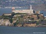 """O nome Alcatraz deriva de alcatraces - pelicanos em espanhol. Comprada do México, em 1847, transformada em prisão militar em 1915, em 1934 a ilha é transformada em uma prisão federal de segurança máxima. Em sua existência de 29 anos, alojou alguns dos maiores criminosos dos EUA; Al Capone, Robert Franklin Stroud (""""o homem de Alcatraz"""") e Alvin Karpis (""""inimigo público número 1"""", sentenciado por roubo e assassinatos em 14 estados).Em 1963 foi desativada devido a falta de segurança, seria menos custoso construir uma nova do que reformá-la. Hoje como atração turística, um milhão de pessoas visitam a ilha.  <br/> <br/> Palavras-chave: instituições sociais, poder, política, ideologia, prisão, violência, crime."""