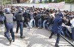 Estudantes enfrentam a polícia em Argel, capital argelina. Eles protestam contra uma lei que reduz o valor de seus diplomas. <br/> <br/> Palavras-chave: protestos, confronto, polícia, estudantes, movimentos estudantil.