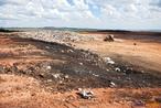 O Lixão representa o que há de mais primitivo em termos de disposição final de resíduos. Todo o lixo coletado é transportado para um local afastado e descarregado diretamente no solo, sem tratamento algum. Os efeitos negativos para a população e para o meio ambiente se manifestarão. Infelizmente, é dessa forma que a maioria das cidades brasileiras ainda &quot;trata&quot; os seus resíduos sólidos domiciliares. <br/> <br/> Palavras-chave: Meio ambiente, poluição, lixo, consumo.