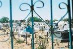 Cemitério do Arraial. <br/> &quot;...em poucos anos o arraial de Canudos se firmou na região (sul da Bahia) como um contestado, passando a reunir cada vez mais sertanejos que lutavam para mudar suas condições de vida fugindo da miséria e dominação dos grandes latifundiários.&quot; O arraial original está submerso pelas águas do açude de Cocorobó desde 1969. A atual canudos está a 10 km de distância deste. <br/> <br/> Palavras-chave: Canudos, Antônio Conselheiro, revolta popular, direito, cidadania, movimentos sociais, poder, classes sociais, latifúndio, concentração de terra