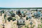 Vista do cemitério do Arraial. <br/> &quot;...em poucos anos o arraial de Canudos se firmou na região (sul da Bahia) como um contestado, passando a reunir cada vez mais sertanejos que lutavam para mudar suas condições de vida fugindo da miséria e dominação dos grandes latifundiários.&quot; O arraial original está submerso pelas águas do açude de Cocorobó desde 1969. A atual canudos está a 10 km de distância deste. <br/> <br/> Palavras-chave: Canudos, Antônio Conselheiro, revolta popular, direito, cidadania, movimentos sociais, poder, classes sociais, latifúndio, concentração de terra