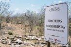 """Trincheiras conselheiristas. <br/> """"...em poucos anos o arraial de Canudos se firmou na região (sul da Bahia) como um contestado, passando a reunir cada vez mais sertanejos que lutavam para mudar suas condições de vida fugindo da miséria e dominação dos grandes latifundiários."""" O arraial original está submerso pelas águas do açude de Cocorobó desde 1969. A atual canudos está a 10 km de distância deste. <br/> <br/> Palavras-chave: Canudos, Antônio Conselheiro, revolta popular, direito, cidadania, movimentos sociais, poder, classes sociais, latifúndio, concentração de terra"""
