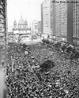 25 de janeiro de 1984: Cerca de 300 mil pessoas participam de comício no largo da Igreja da Candelária, no Rio de Janeiro, pedindo a imediata realização de eleições diretas. Apesar disso, a emenda à Constituição para as diretas acabou derrotada no Congresso. A mobilização popular, no entanto, forçou uma transição para a democracia, negociada entre a oposição política e o regime militar. <br/> <br/> Palavras-chave: Diretas Já, democracia, mobilização popular.
