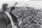 Nesta imagem Florestan aparece numa manifestação em frente ao Congresso Nacional durante a Constituinte de 1988. Depois de 1973 (retorno ao Brasil) o pensador para a se dedicar ao Estado Democrático, atuando na Constituinte em suas subcomissões (de Educação). <br/><br/> Palavras-chave: