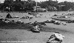 Na África do Sul, na manhã do dia 21 de março de 1960 mais de 20 mil pessoas deixaram suas casas em direção à delegacia local de Sharpeville para protestar contra a discriminatória Lei do Passe, que obrigava todos os não-brancos a portarem uma caderneta (passe), onde constava sua cor, etnia, profissão, situação na receita federal e que restringia o acesso aos bairros brancos da cidade. Era para ser uma manifestação pacífica, mas um grupo de policiais, sem saber como controlar a multidão, abriu fogo contra os manifestantes, matando 69 e ferindo mais de 180, incluindo mulheres e crianças. O episódio ficou conhecido como o Massacre de Sharpeville. Hoje a data é feriado político, quando se comemora o Dia Nacional dos Direitos Humanos. <br/> <br/> Palavras - chave: África do Sul, apartheid, Lei do Passe, manifestação.